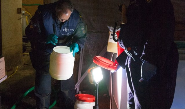 Agenten onderzoeken het drugslab. Foto: Politie