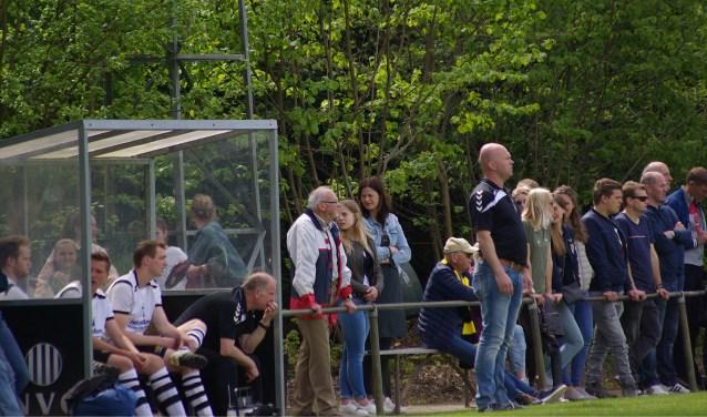 De vertrouwde trainersstaf van NVC staat ook in het nieuwe seizoen langs de lijn. Rechts staand trainer Jan Stern, zittend assistent Bennie Bannink. Foto: PR NVC