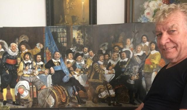 Henk van der Meer bij zijn schilderij Vrede van Munster. Foto: PR