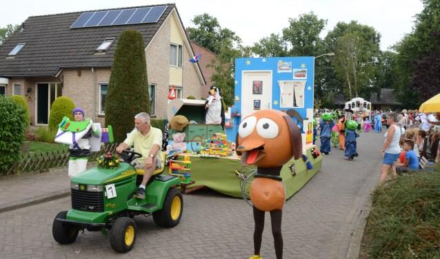 De optocht tijdens het Oranjefeest Vierakker-Wichmond zorgt altijd voor veel saamhorigheid onder de deelnemers en is van een hoog niveau. Foto: PR
