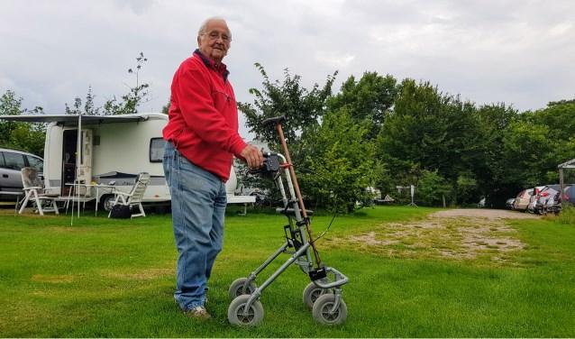 Egbert Huttinga (95) voor de caravan van hem en zijn vrouw Willy (93) op camping Wiemelinkhof in Hengelo. Foto: Luuk Stam