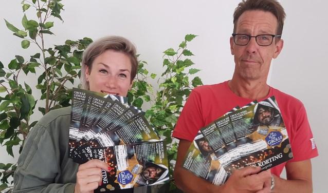Tessa ten Barge (l) van het GOV en Edwin Grothe van de SOG met de spaarkaarten voor de kortingsactie.