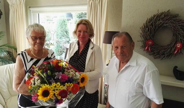 Het echtpaar Everink-Krooshof met wethouder Hoytink. Foto: Rob Weeber