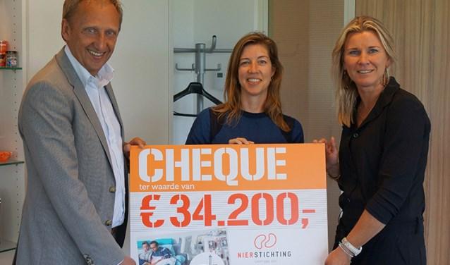 Gerard Koning, commercieel directeur Coop reikt de cheque uit aan Sanne Rademakers en Corinne Hamming (r) van de Nierstichting. Foto: PR
