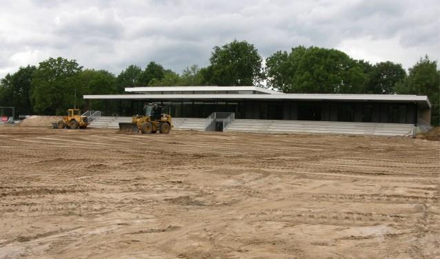 Bij DZC `68 op Sportpark Zuid is afgelopen week gestart met de aanleg van het nieuwe kunstgrasveld; Op de achtergrond het nieuwe clubgebouw met tribune. Foto: John van der Kamp