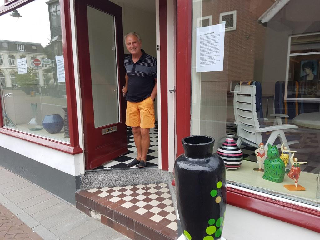 Rinus Minnaar in de deuropening van Samsam aan de Nieuwestraat in Groenlo. foto: Kyra Broshuis