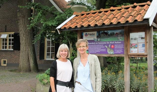 Marjan Roerdinkveldboom en Dini Veerbeek (rechts) buiten bij De Ahof, waar de Vrijwilligersmarkt plaatsvindt. Foto: Lydia ter Welle