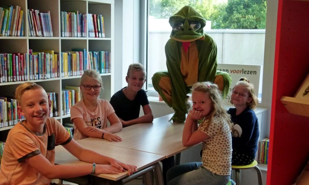 Kikker is hoofdpersoon van vele kinderboeken en mocht daarom niet ontbreken bij de opening van de nieuwe schoolbibliotheek. Foto: PR