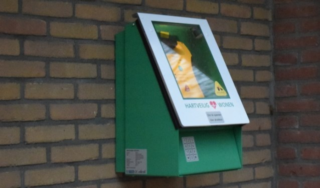 Een AED in een buitenkast.