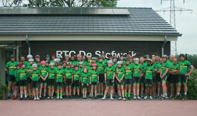 De leden van De Stofwolk rijden tijdens de wielerronde van Neede hun eerste thuiswedstrijd in het nieuwe clubshirt. Foto: PR