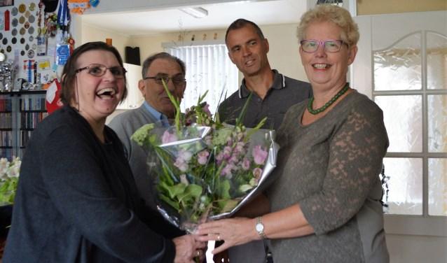Marina van der Zee (links) krijgt de bloemen van wethouder Coby Pennings. Naast haar Rob van der Zee en Ben Dull. Foto: PR