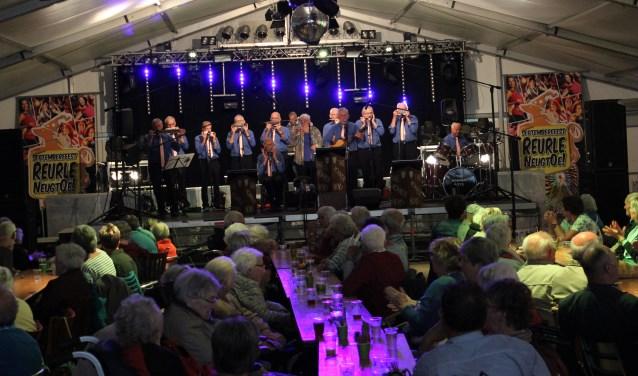 Mondharmonicaorkest The Hohner Boys uit Gaanderen vermaakten de senioren muzikaal. Foto: Oranjevereniging Ruurlo.