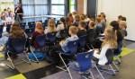 Jolanda Snellenberg van de gemeente Winterswijk legt de leerlingen uit welk advies ze wil. Foto: Bernhard Harfsterkamp