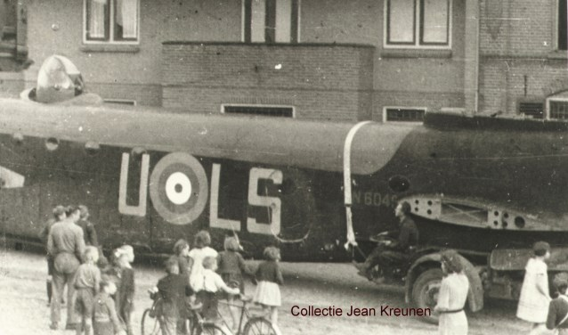 Short Stirling door Kerkstraat Hengelo. Archieffoto: PR