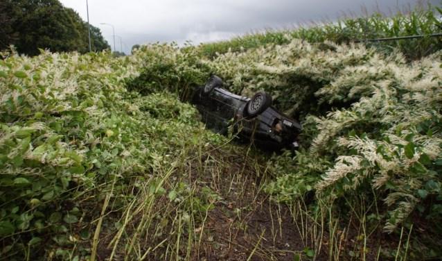 De auto kwam op zijn dak tot stilstand; de bestuurder bleef wonderwel ongedeerd. Foto: NewsUnited