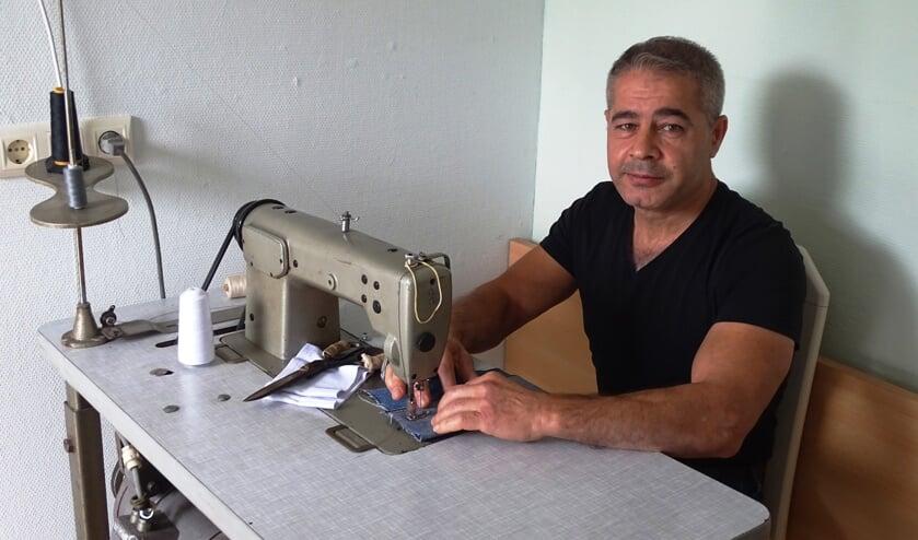 Kamiran Baker uit Syrië zet zijn werk als kleermaker in Baak voort. Foto: Daan van Leeuwen