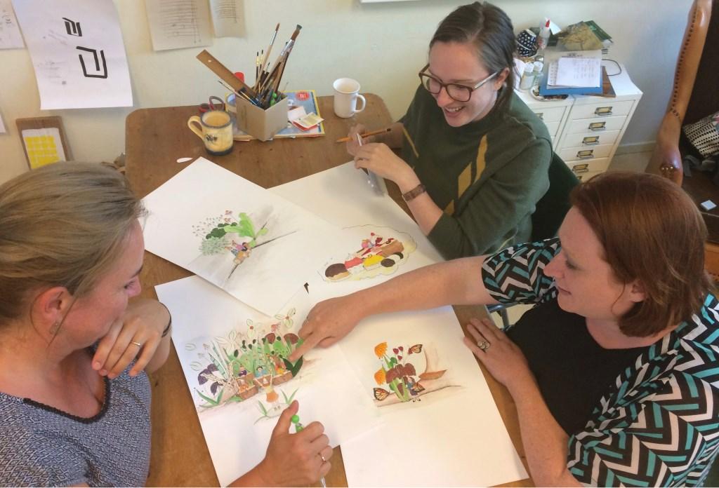 Noël (links), Joske (rechtsonder) en Dorian bespreken de tekeningen die al voor de kabouterroute zijn gemaakt. Foto: Barbara Pavinati