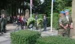 De kranslegging tijdens de Veteranendag Oost Gelre door de vier dochters van Aloys Roemaat. Foto: Theo Huijskes