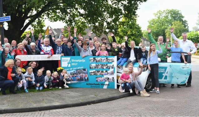 De buurtbewoners van de Wildenborchseweg samen met directeur Gerhard Weevers van Achterhoek Nieuws (eerste van rechts) en bestuursleden van Oranjevereniging Ruurlo. Foto: Kees Avé.