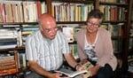 Gerard Uwland en Diana Abbink bekijken de eerste delen van 'Met Eigen Woorden'. Foto: Lydia ter Welle