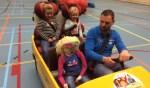 Het belang van het dragen van de gordel en gebruik van een kinderzitje werd geoefend met een gele elektroauto. Foto: PR