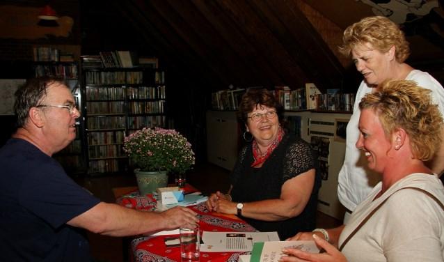 Co Eppink signeert zijn boek in de Flopbieb. Foto: Liesbeth Spaansen