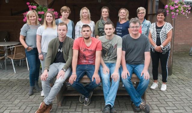 Toneelgroep Veldhoek brengt onder leiding van regisseuse Ingrid Sweers (staand links) het blijspel 'De sok van Opa Keuterboer'. Foto: PR