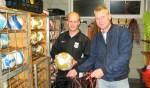 Sportclub Meddo-trainer Dennis Teunissen (links) en Roy Koldeweij van de technische commissie van de vijfdeklasser. Foto: Bart Kraan