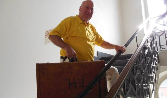 Jo Häcker torst de 'Koffer uit Riga', waarvan de inhoud hem na grondige inspectie bewoog zijn familiehistorie te koppelen aan de geschiedenis van Europa. Foto: Eric Klop