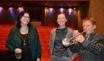 Harry blaast op zijn trompet in het auditorium van Boogiewoogie. Links naast hem Nicky Eppich en daarnaast Marjan de Vos. Foto: Leander Grooten