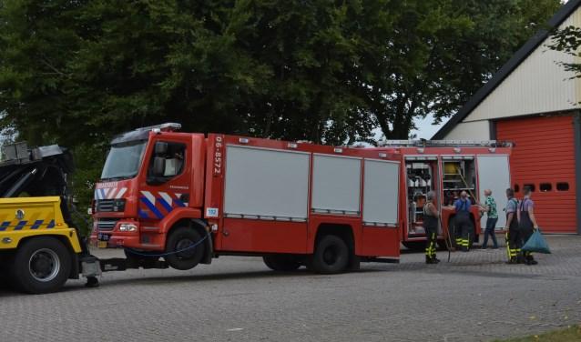 De brandweerwagen wordt afgesleept. Foto: Ginopress
