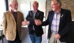 De beide jubilarissen Gerrit ter Bogt (links) en Frans Harbers (rechts) met in het midden Wim Theloosen van de Nederlandse Bond van Vogelliefhebbers. Foto: Theo Huijskes