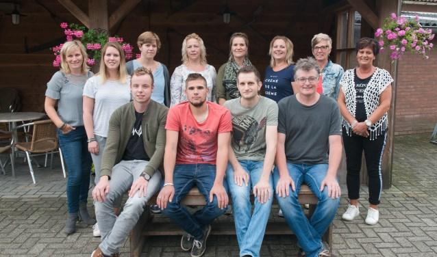 Toneelgroep Veldhoek brengt onder leiding van regisseuse Ingrid Sweers (staand links) het blijspel 'De sok van Opa Keuterboer'. Foto: PR.