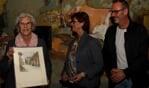 Alie de Jong (l.) krijgt van Marian Zuidema en Maarten ten Have namens het Gilde bloemen en schilderijen. Foto: Liesbeth Spaansen