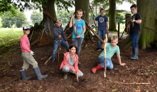 De Dorp Boakies leggen even de bouw stil voor de foto. Staand: Koen, Simon, Sander, Jordi en Bjarne. Zittend: Puk en Jeroen. Foto: Alice Rouwhorst