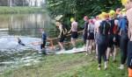 Deelnemers gaan het ijskoude water in voor het eerste onderdeel. Foto: Achterhoekfoto.nl/Marja Sangers-Bijl