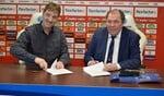 Herman Kemper en Hans Martijn Ostendorp tekenen het contract. Foto: PR