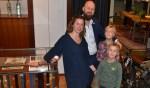 Bianca en Frans Migchelsen met hun twee zoons (7 en 10 jaar oud) als trotse eigenaren van De Duif Mannenmode. Foto Leander Grooten