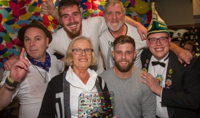 De winnaars van het Tröntjesfestival met in hun midden Ina Muetstege, die de Chris Muetstege bokaal uitreikte op het Tröntjesfestival. Foto: Marcel Houwer