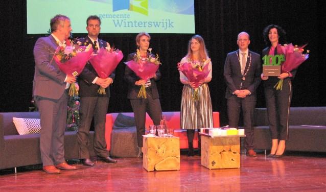 Maurice Velthuis, Roland Lieverdink, Marlies Joldersma, Judith Kadee en Nadia Zerouali hebben zojuist bloemen gekregen als blijk van waardering voor hun inbreng in de talkshow. Foto: Bart Kraan