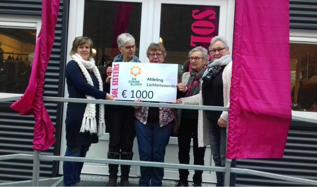 Een delegatie van het bestuur neemt de cheque in ontvangst van de Sol Sisters. Foto: PR