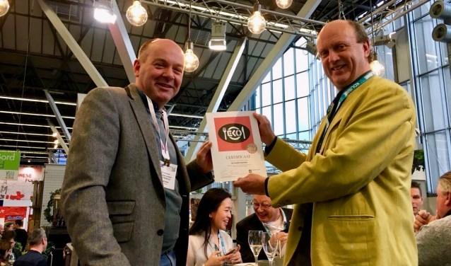 Eric van Veluwen, medeoprichter van de Goede Snackbar, met Andre Brouwer (r) van stichting EKO-keurmerk. Foto: PR