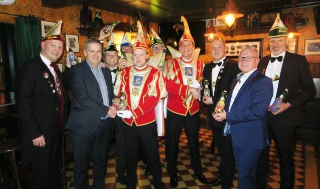 De overhandiging van de Grolsch jubileum beugel aan stadsprins Henk-Jan I en stadsadjudant Maurice. Foto: Theo Huijskes