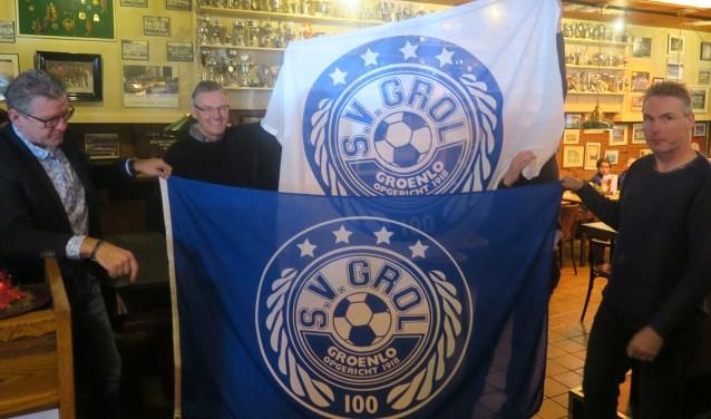 Tijdens de Nieuwjaarsreceptie werden tevens de nieuwe jubileumvlaggen gepresenteerd. Foto: Theo Huijskes