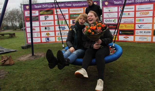 Angelique Krüger en Rianne Groot Roessink proberen de schommel uit. Foto: Liesbeth Spaansen