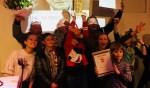 Marco Mout en de jongens en meiden van WALHALLAb houden trots de Kees Luesink Award omhoog. Foto: PR