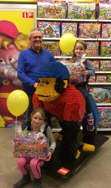 Jade (op de Lego-aap) en Maureen, met de mooie prijs die zij in ontvangst mochten nemen van Marcel Geling. Foto: PR