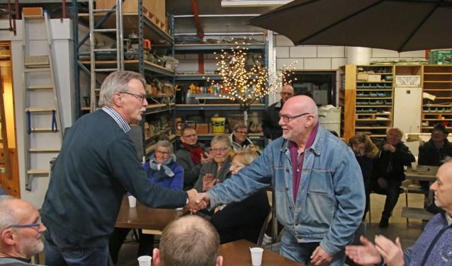 Jan van de Waal wordt hartelijk bedankt voor zijn jarenlange inzet. Foto: PR