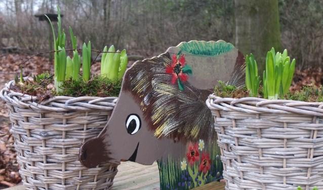 Egel Prik bij de mand met bolletjes. In april zullen de kinderen Egel Prik tegenkomen in het bos.Foto: PR Staring educatie