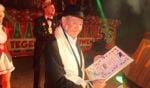 Fons Monasso met het certificaat dat bij het Gouden Naoletönneke hoort. Achter hem president Maarten Kooiker van de Knunnekes.